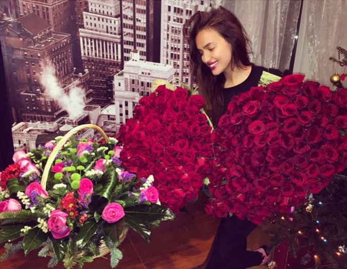 Irina Shayk flores rosas