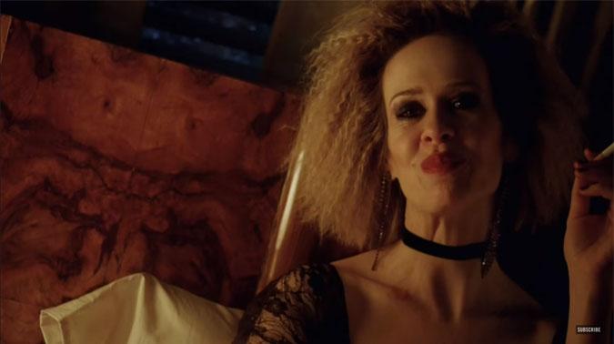 american horror story hotel sally sarah paulson /></div>  Sarah Paulson es Sally en <em>American Horror Story: Hotel</em> (Foto: FX)<br /> <hr></p>  <p>Escrito por Brad Falchuk y Ryan Murphy, el próximo capítulo de <strong><em>American Horror Story: Hotel</em></strong> recién será estrenado el miércoles 6 de enero por <strong>FX</strong> en Estados Unidos y un día después por la misma cadena en América Latina.</p>  <p><hr><br /> <h3> <span class=